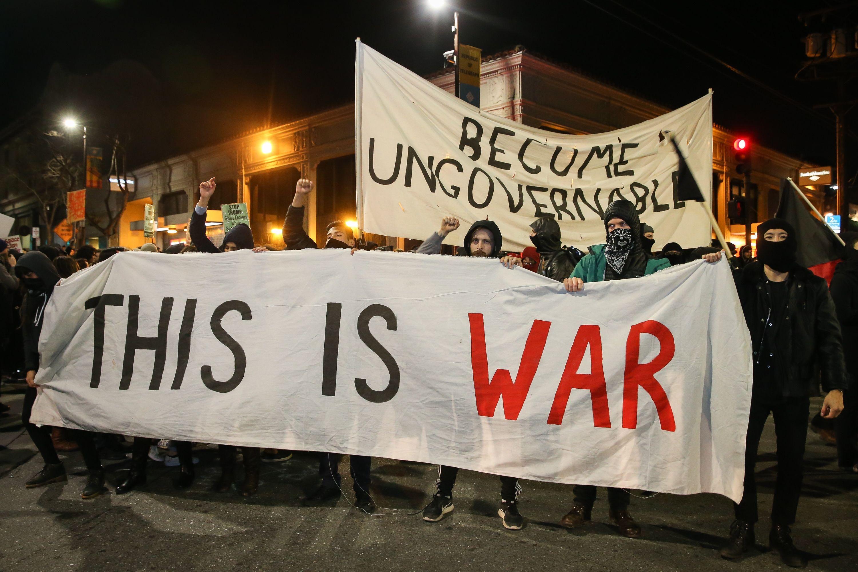 fcd8a870-e958-11e6-a4bd-657b38259212_violent-protests-erupt-uc-berkeley-20170202-092449-728.jpg