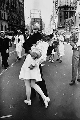 Legendary_kiss_V–J_day_in_Times_Square_Alfred_Eisenstaedt.jpg