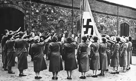women-salute-the-nazi-fla-010.jpg